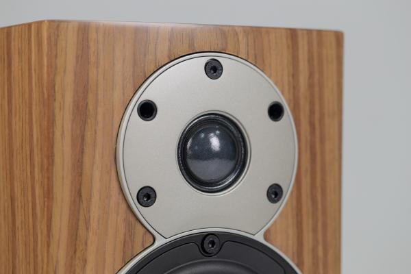 Menuet使用一只28mm的軟半球高音單體,單體周邊還有整塊的蓋板。請留意高音單體蓋板上五個孔洞,僅有三個是固定螺絲,還有兩個孔洞,則是用來固定面網的。這樣的設計,就能取代常見的喇叭前帳版四角的面網插孔,前帳板看起來就更簡潔。