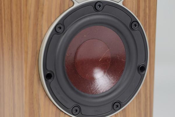 中低音單體直徑為4.5吋,其振膜使用了Dali最引以為傲的木質纖維振膜(Wood Fibre Cone),連旗艦的Epicon系列也是使用此一木質纖維振膜。在中低音單體周邊的固定螺絲,也有兩個孔洞,這也是用來固定面網用的。